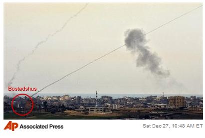 Denna bild från Associated Press visar hur terroristerna i Hamas bryter mot internationella rätt och konventioner för krigföring genom att skjuta raketer ifrån civila bostadsområden.